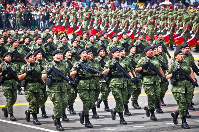 Familias llegan al Zócalo para presenciar Desfile Militar